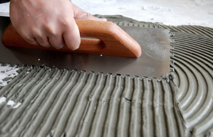 stesura colla per piastrelle