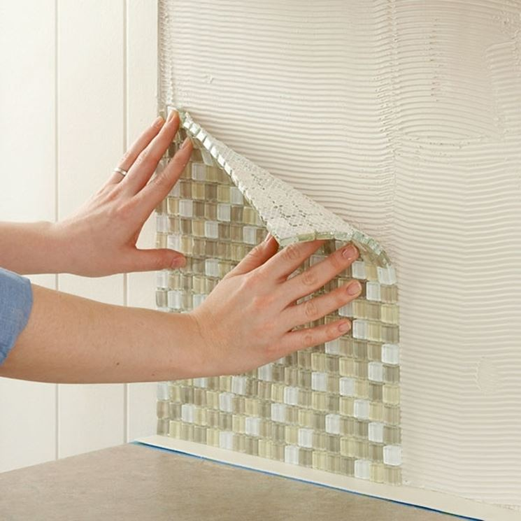 Posare le piastrelle a parete piastrelle come posare - Posare piastrelle su piastrelle ...
