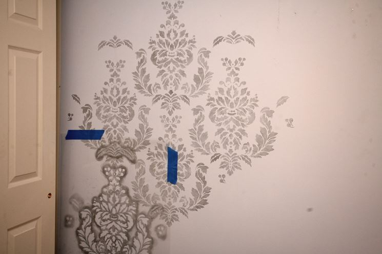 Decorare i muri con gli stencil