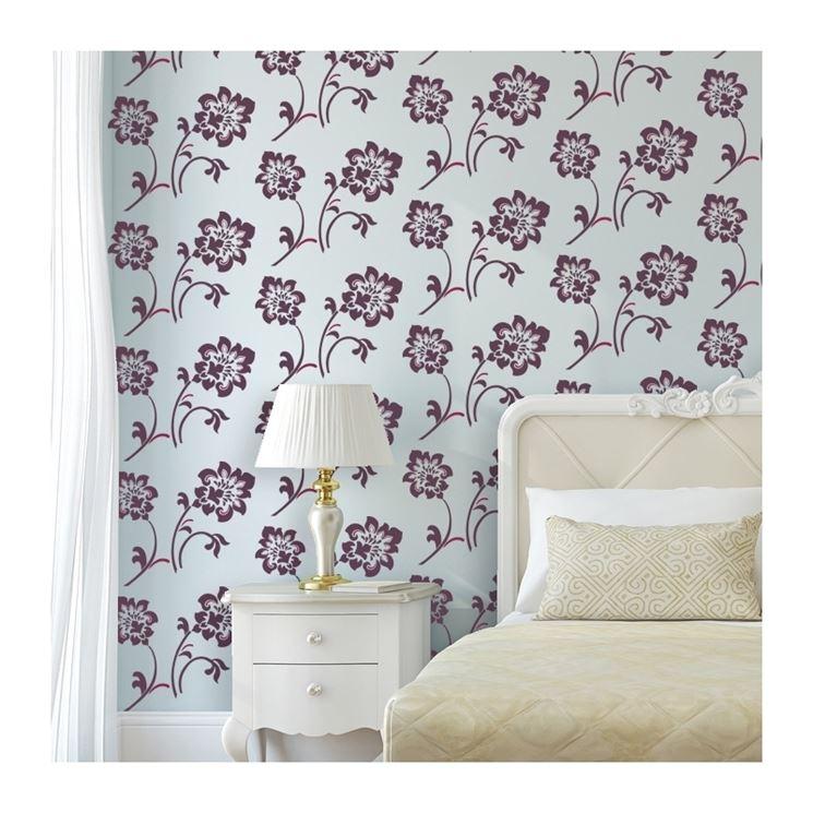 Stencil fiori su pareti colorate