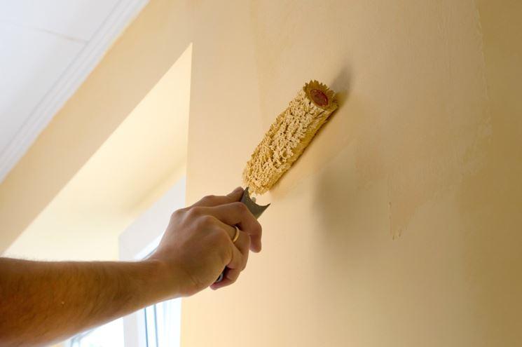 Dipingere le pareti con il rullo