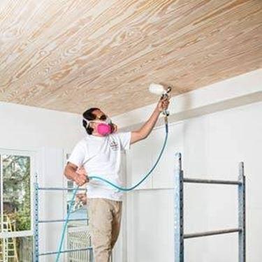 tinteggiare il soffitto con lo spruzzatore di vernice