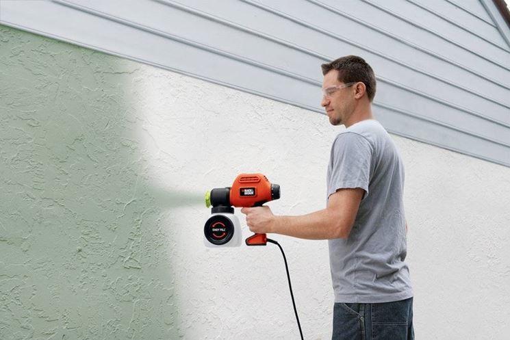 tinteggiare parete con spruzzatore di vernice