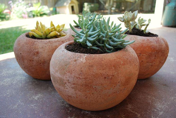 Vasi e fioriere in giardino