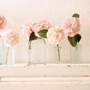 Un fascio di fiori in vaso di vetro