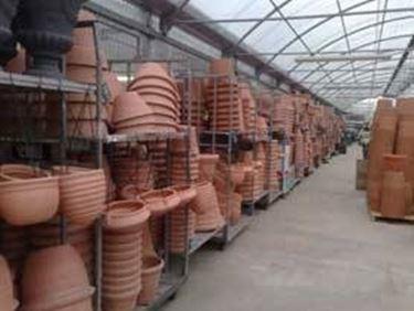 Alcuni vasi da giardino in resina
